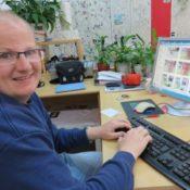 Hannes beim Bilder betiteln fuer die Homepage